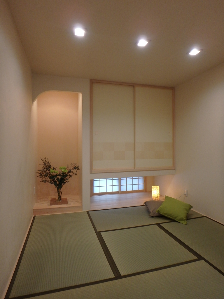 アーチの壁の床の間と光障子のある和室