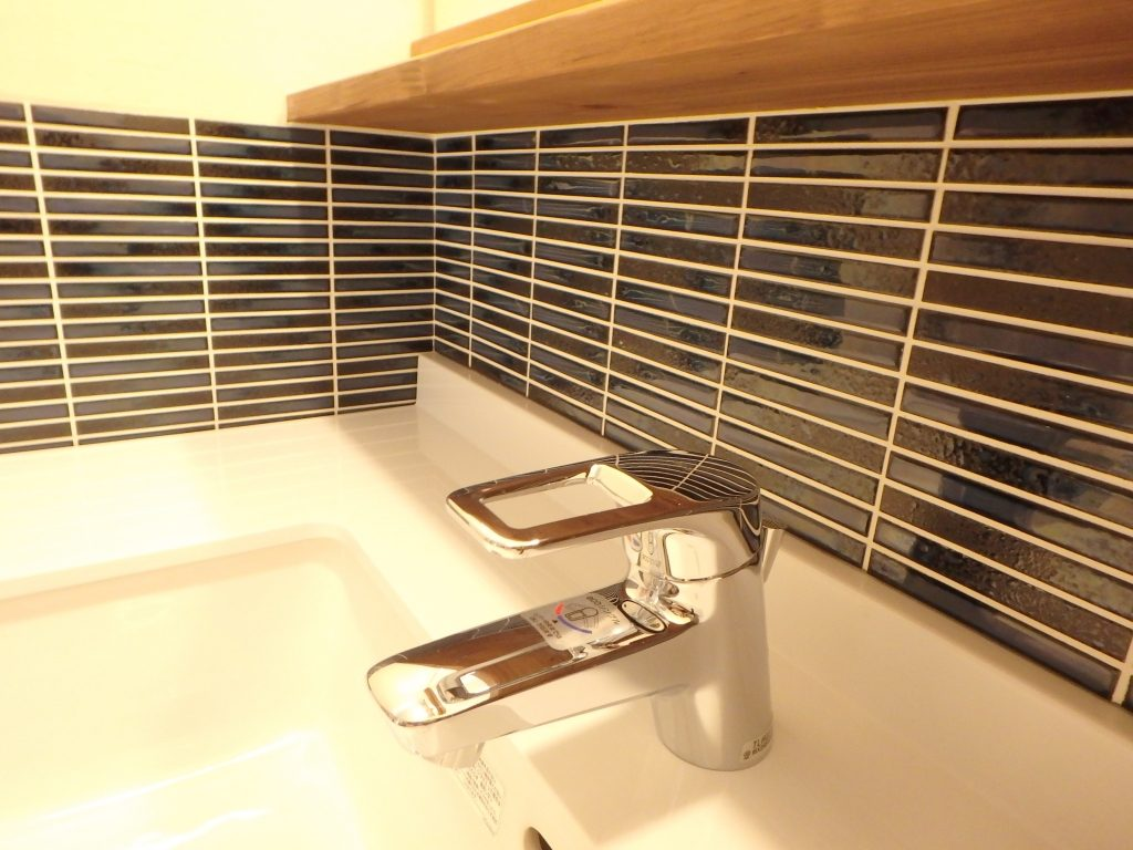 こだわりタイルの造作洗面カウンター