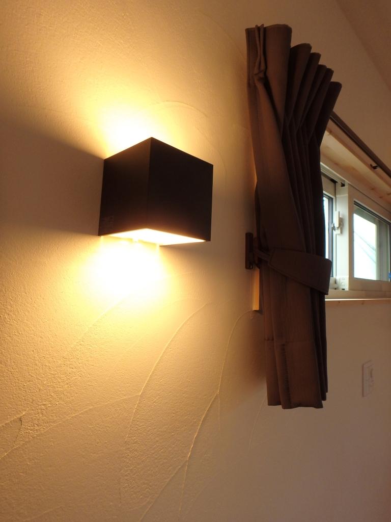 漆喰のコテムラが照明で浮かび上がります