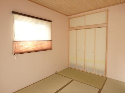 淡いピンクの色あいと木の天井があたたかみのある和室