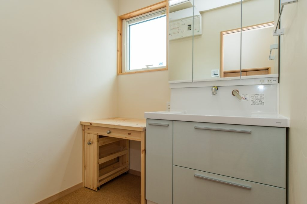 洗面台の横は使い勝手のいい造作化粧台