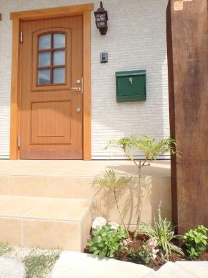 門柱脇の植栽がポイント