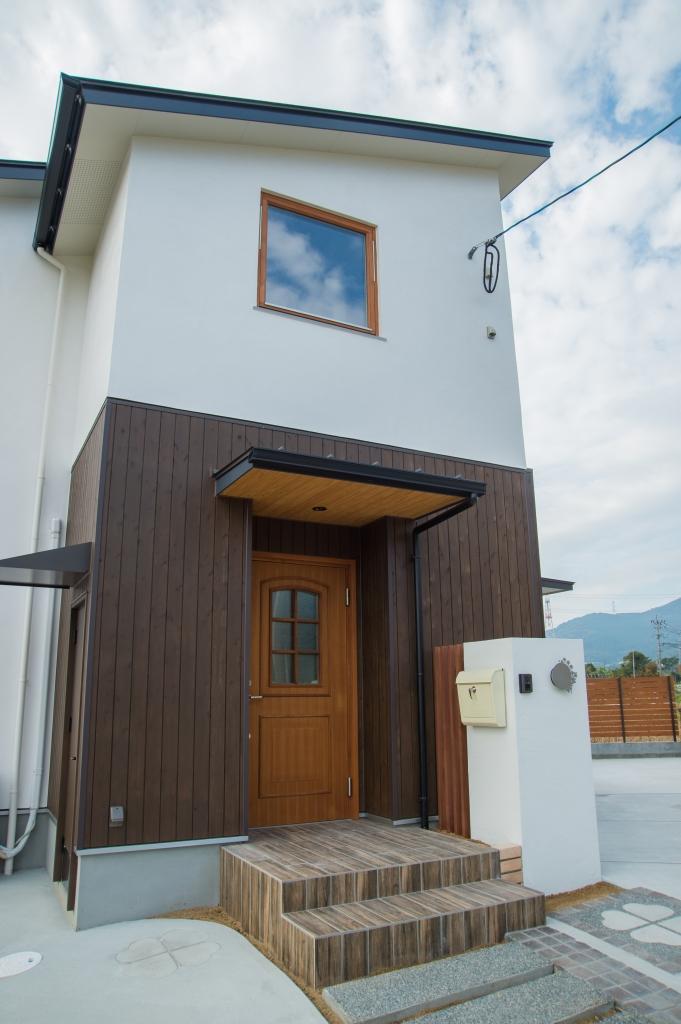 白い壁と木壁の対比、シャープな片流れの屋根がポイント