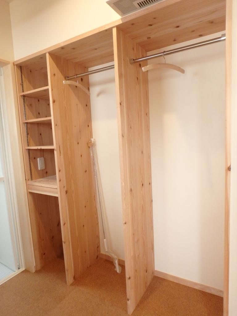 可動棚と洋服掛けが便利な脱衣室