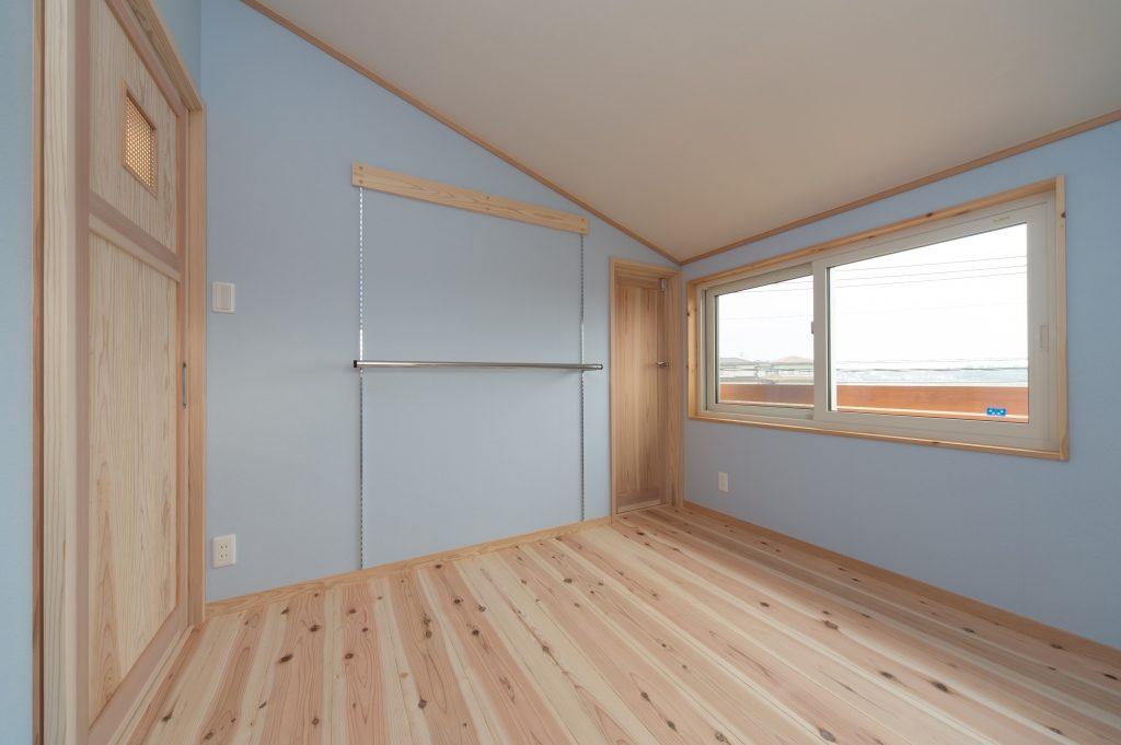 勾配天井と淡いブルーの漆喰の子供部屋