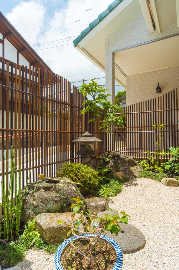 格子や自然石、灯篭に緑が美しい和の庭園