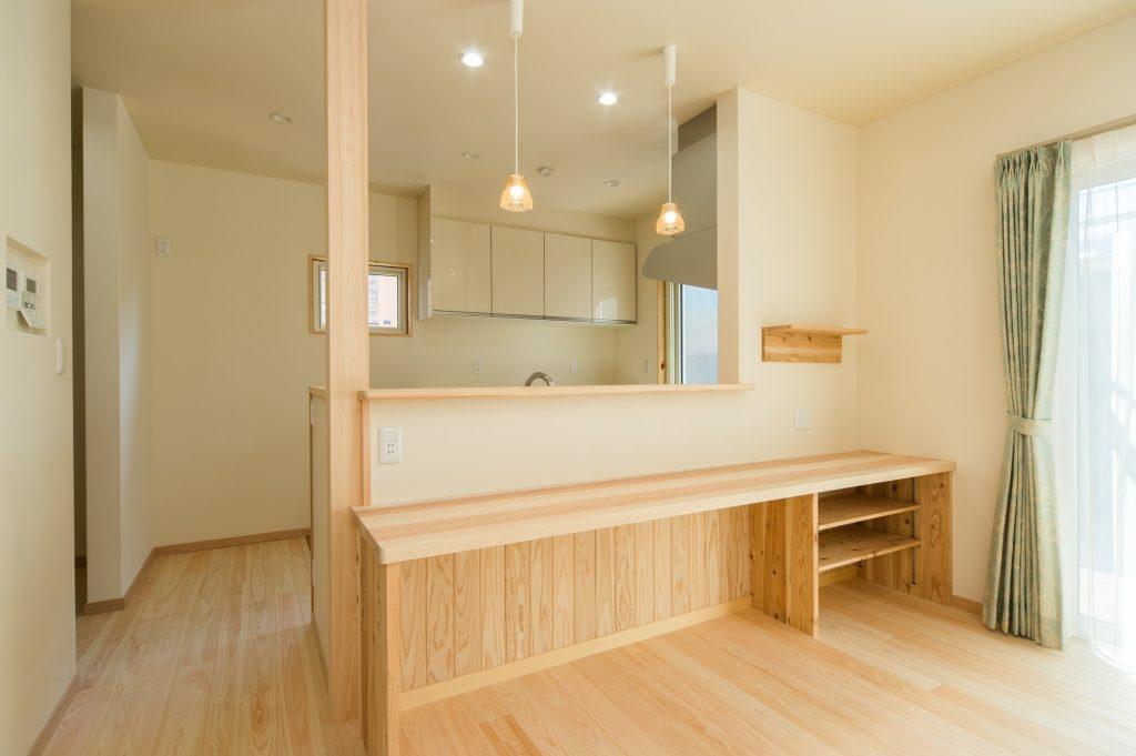 キッチンの背面にはちょっとした収納も付いた造作カウンターがあります