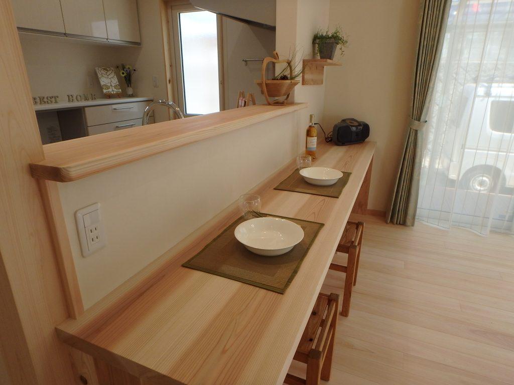 キッチンの背面には食事もできる造作カウンターがあります