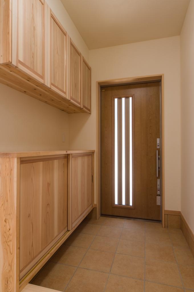 容量もたっぷりの造作玄関収納がうれしい玄関