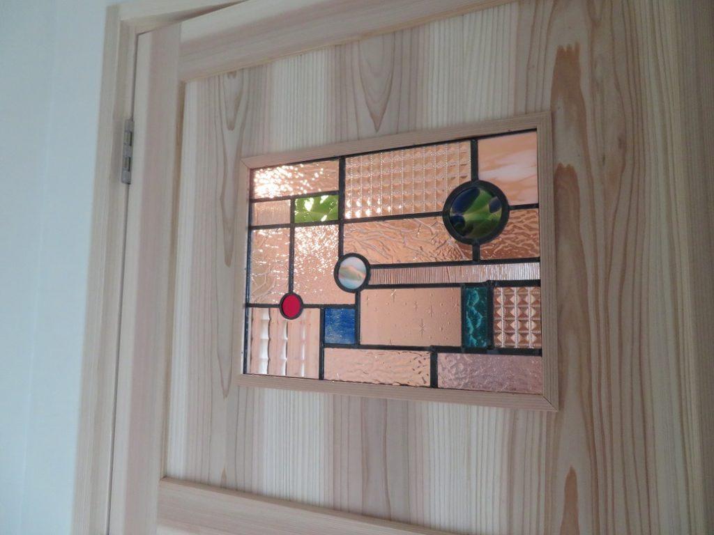 ステンドグラスの建具|カフェスタイルのの自然素材の家