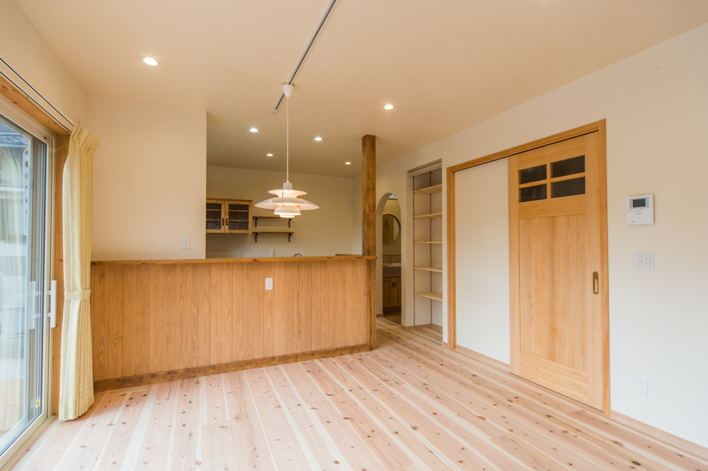 キッチンカウンターの下は杉板でスッキリとしたデザイン