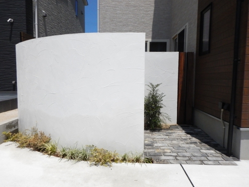 目隠しになるアールの漆喰壁