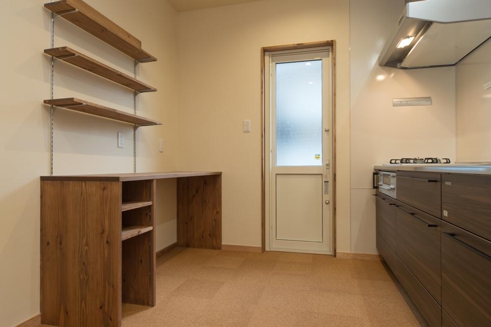 キッチン背面の便利な造作カウンター