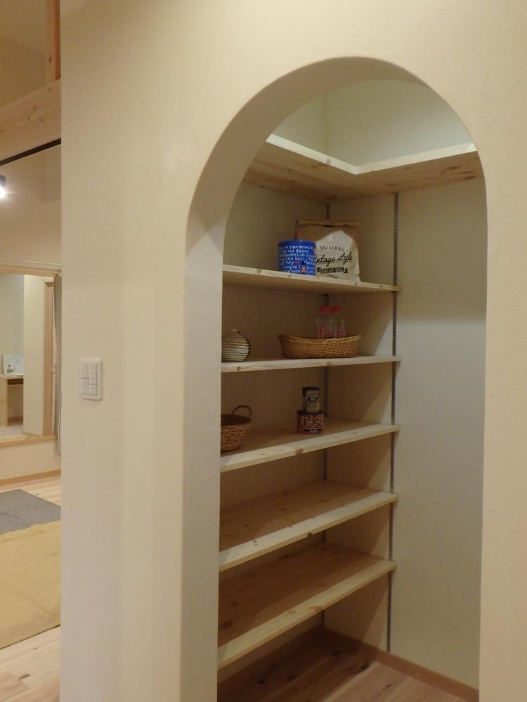 キッチン横の大容量のパントリー