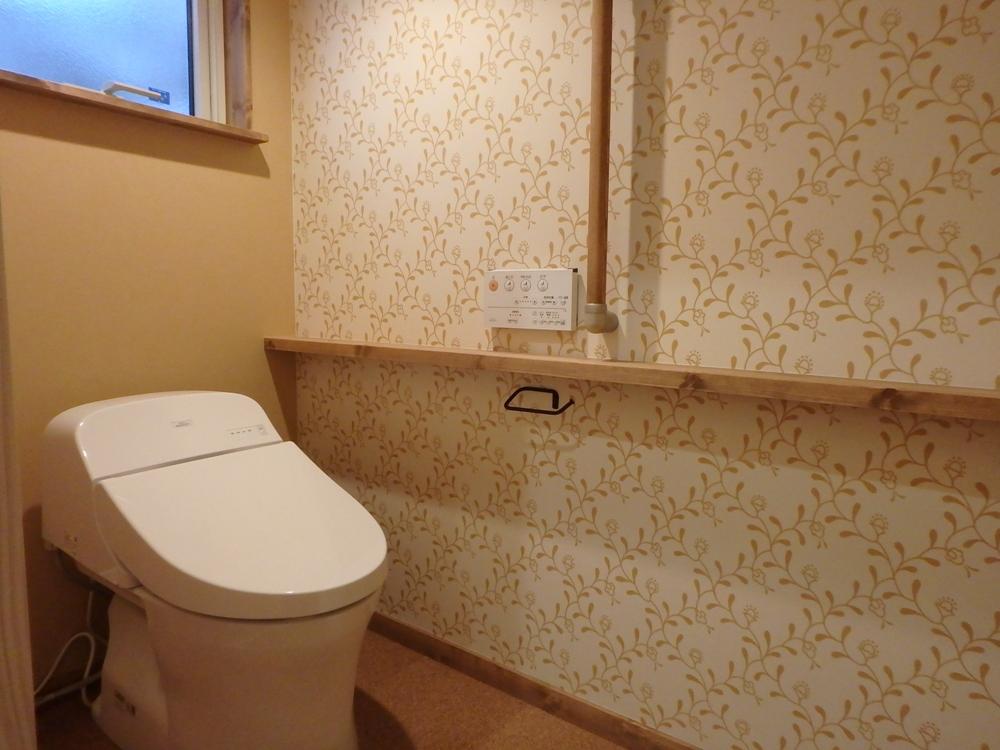 こだわりの輸入紙クロスのトイレ