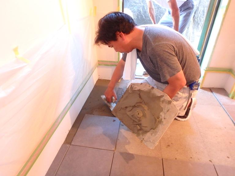 玄関のタイル貼作業