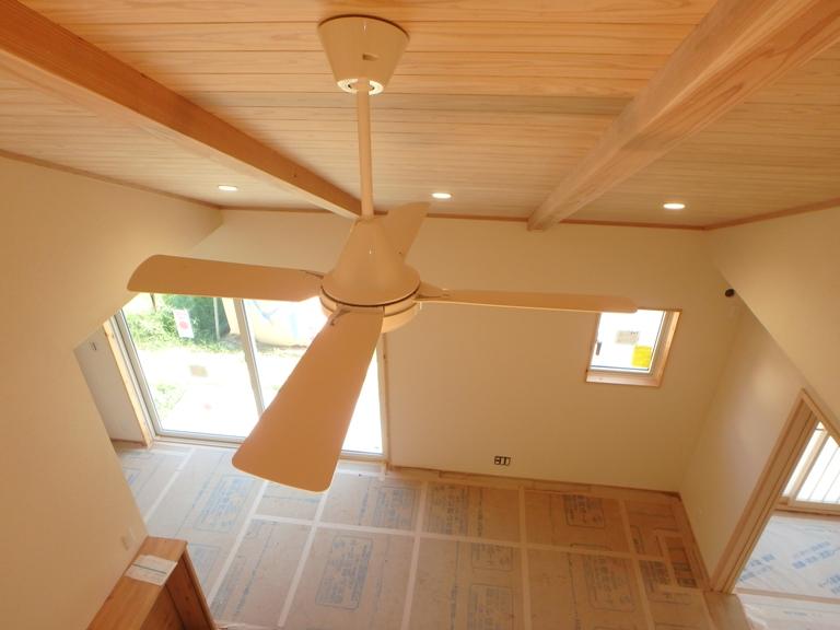 開放感ある無垢材の勾配天井と空気循環ファン