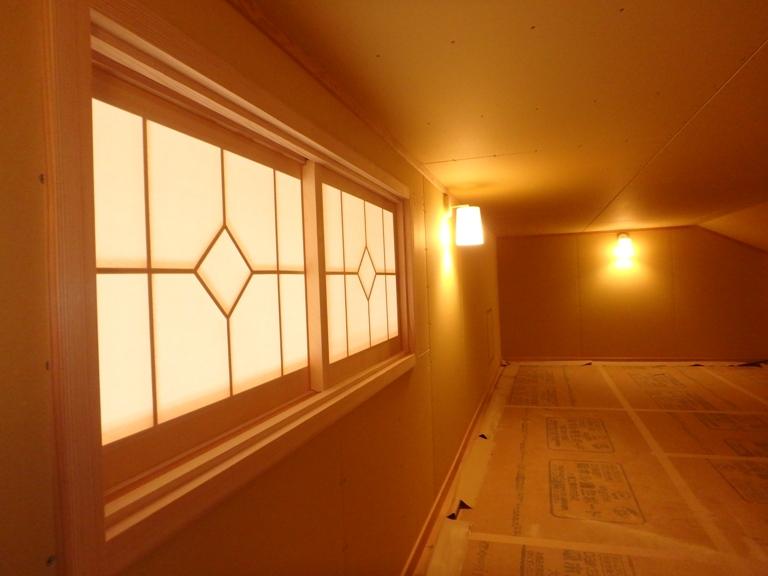 明かり窓のついた小屋裏