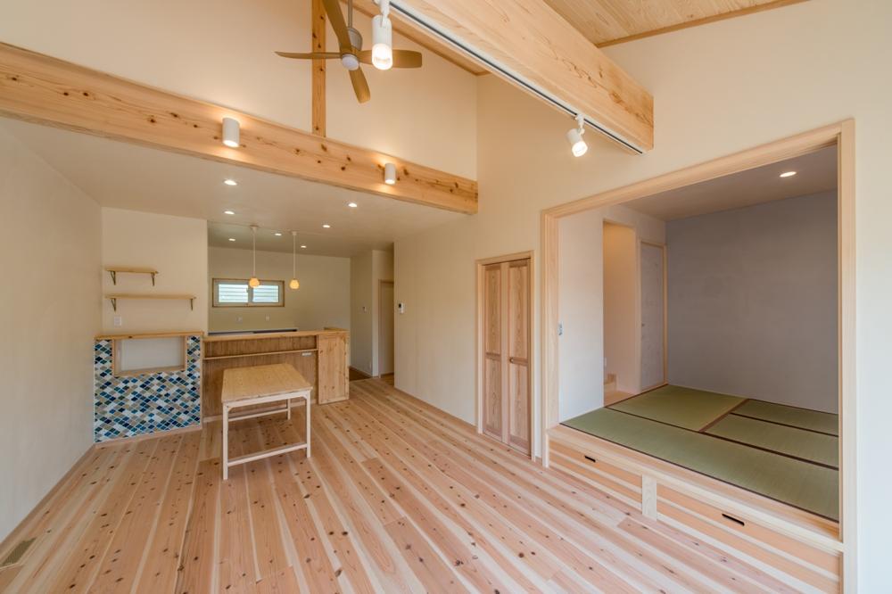リビングに併設した小上がりの床下収納付和室