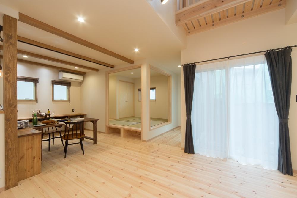 小上がりの和室を併設した開放感いっぱいのリビング・ダイニング