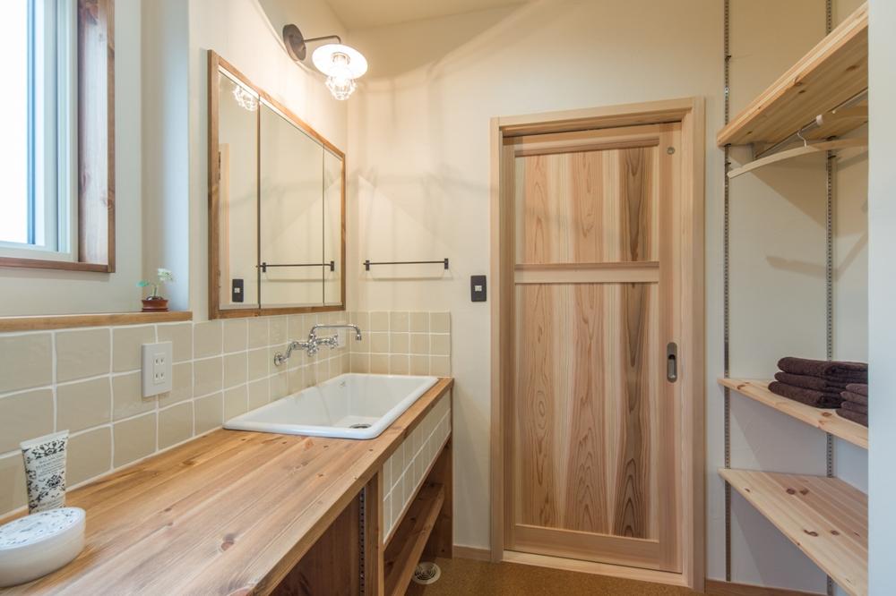 ステキな造作洗面化粧台と便利な可動棚