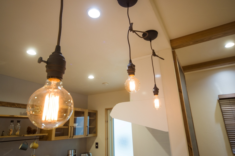 キッチンにはお気に入りのペンダント照明を配置