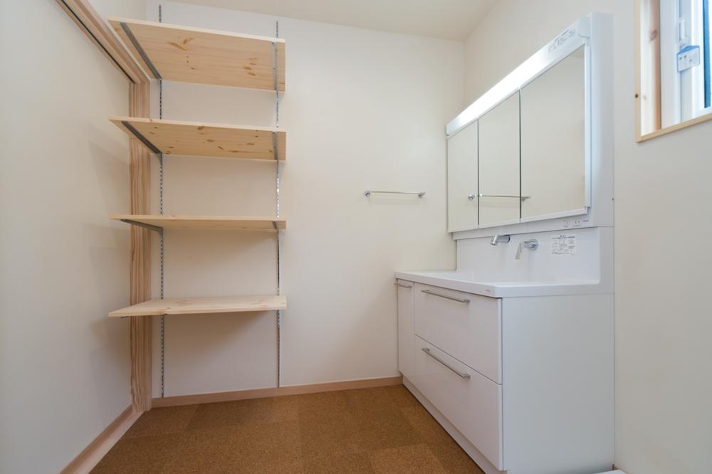 可動棚が使い勝手のいい洗面脱衣室