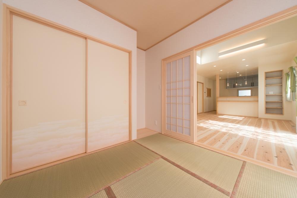 イ草の緑と漆喰、木のコントラストが美しい和室
