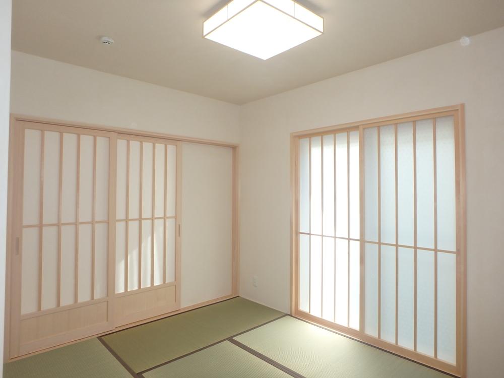 白木としっくい畳の緑が美しい和室