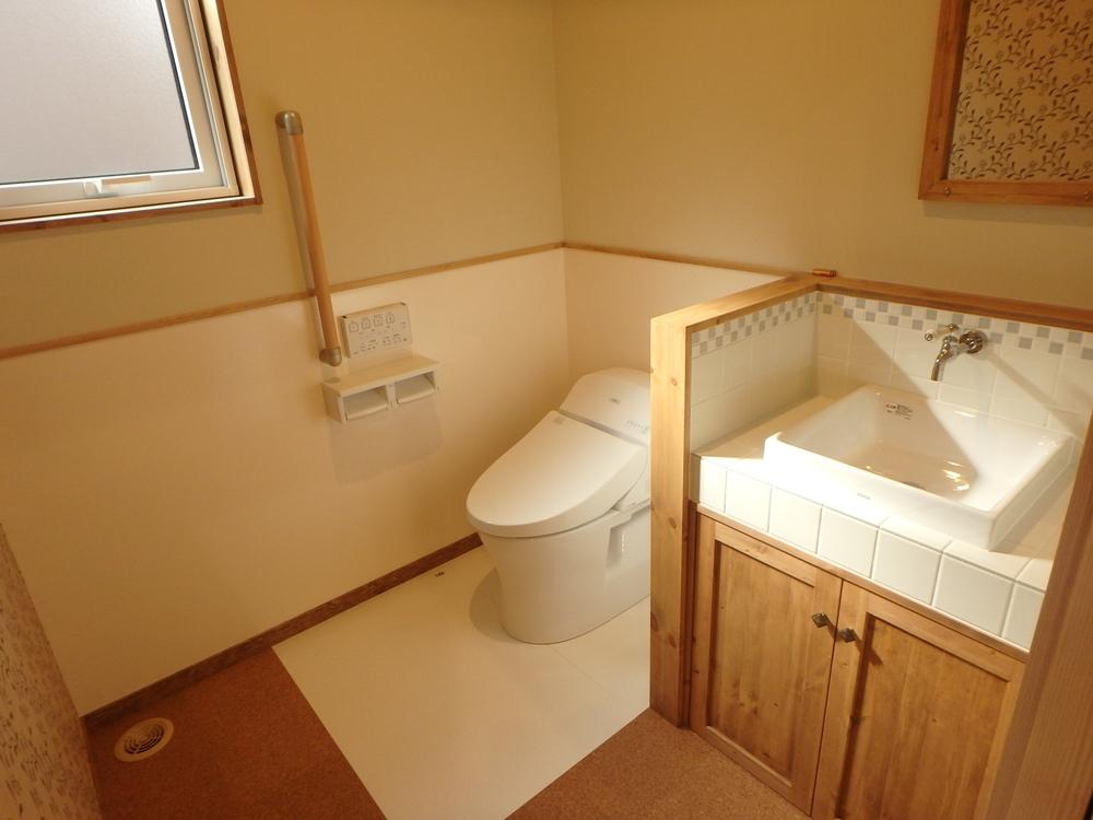 ハイドロセラフロアと腰パネル付のトイレ