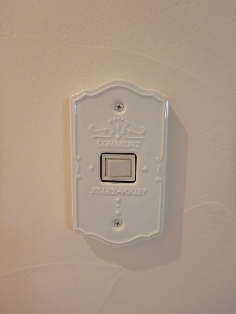 白い陶器のスイッチプレート