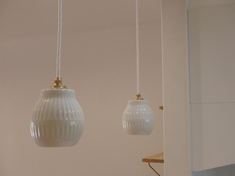 白い陶器のペンダントライト