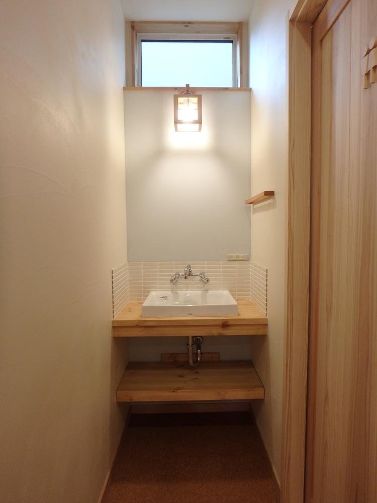 お気に入りのタイルと照明の造作洗面化粧台