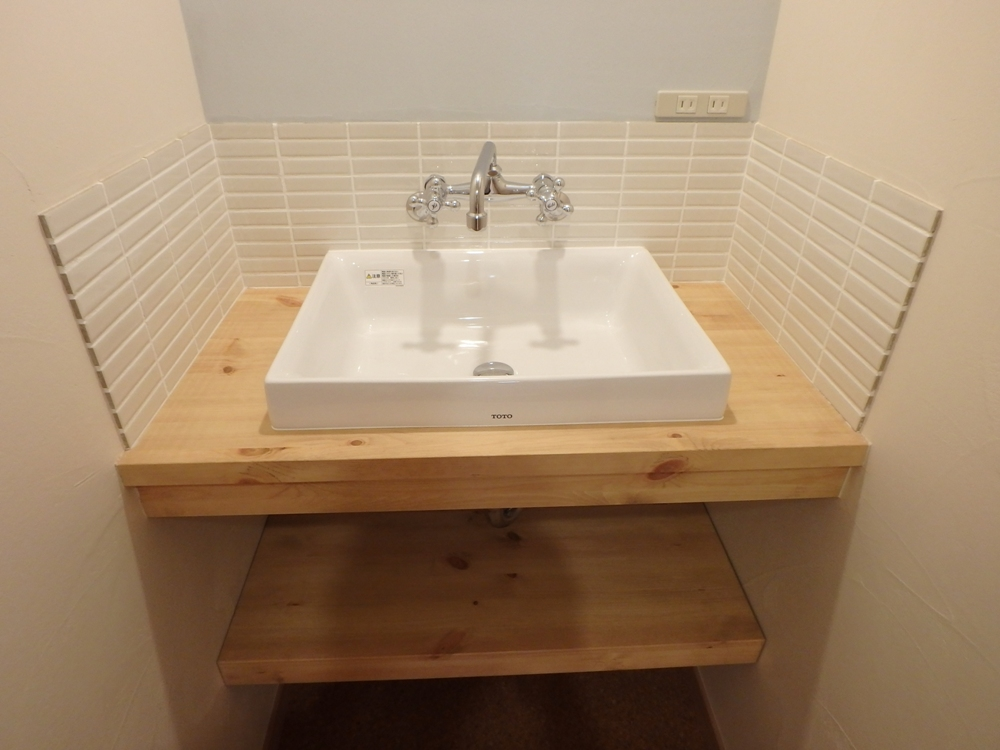 お気に入りのタイルをはった造作洗面化粧台