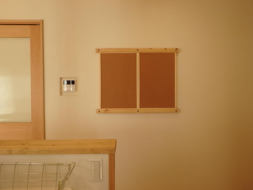 キッチンにあると便利、取り外し可能なコルクボード