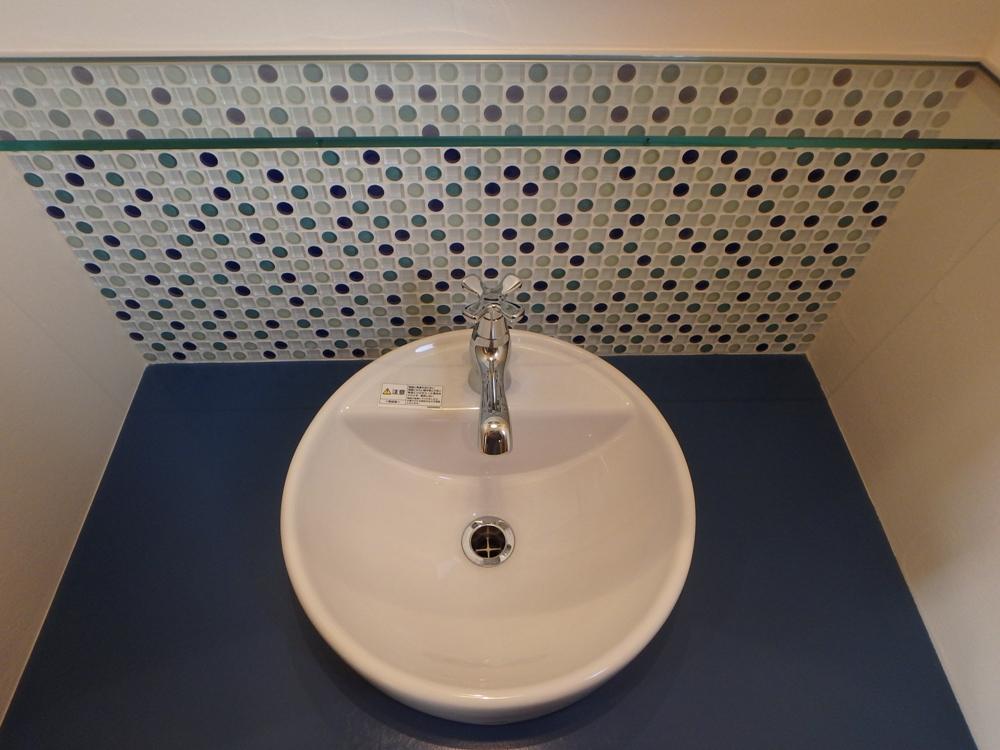 ブルーのモザイクタイルがアクセントの造作洗面化粧台