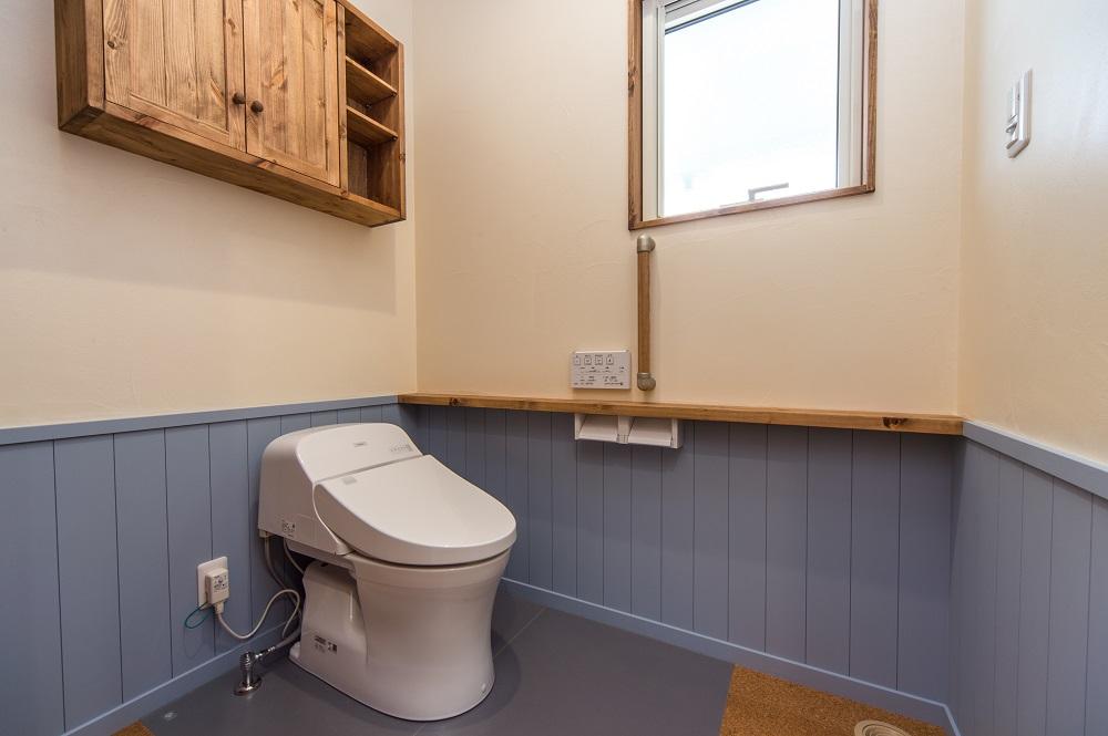 水色の腰壁や汚れの落ちやすいハイドロセラで清潔なトイレ